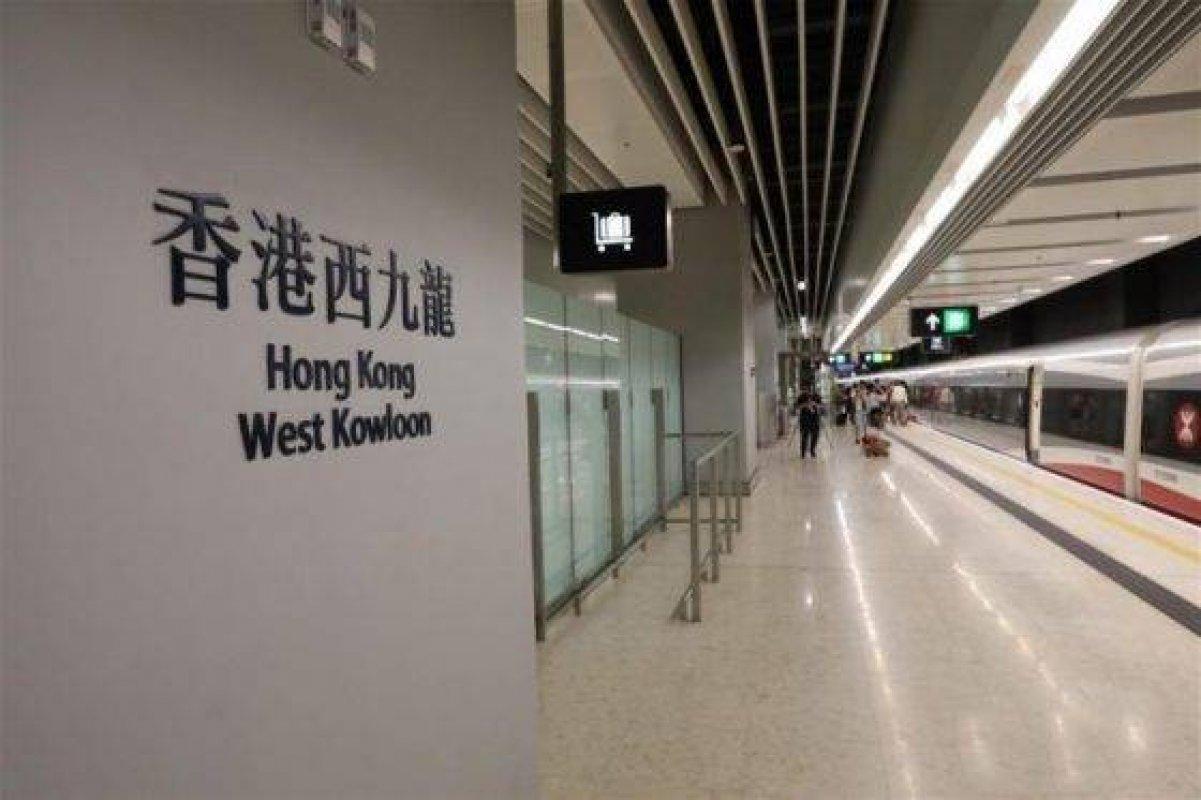 高鐵通車首日 逾4.2萬人次經西九龍站入境 出境3.3萬