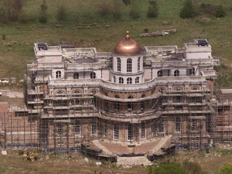 Abandoned £40m mansion bigger than Buckingham Palace left to rot for 36 years